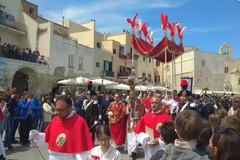 """Bagno di fedeli sul porto di Trani per accogliere il """"Crocifisso di Colonna"""""""