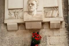 Atto vandalico nel centro storico: divelti i fiori dalla lapide di Emilio Covelli