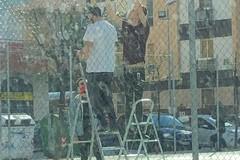 Campetto di via Gisotti, tre giovani ragazzi tranesi riparano il canestro
