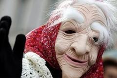 Una vecchietta mal vestita dal naso lungo: la leggenda della Befana