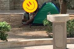 Una tenda in villa comunale: bivacco non autorizzato per una coppia di turisti