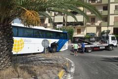 Bus si incastra all'uscita Trani Centro: salvato da un piccolo carroattrezzi