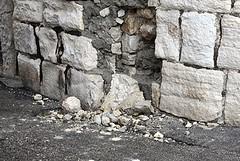 Cadono pietre dall'arco del Fortino