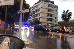 Perde il controllo dell'auto e si schianta contro un palo, incidente in via Giovanni Falcone