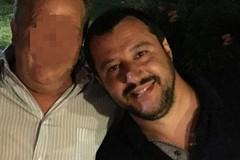 Sorrisi e abbracci: il selfie shock tra Salvini e il boss tranese Salvatore Annacondia