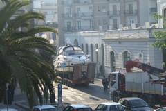 Motoscafo in giro per la città si incastra nei cavi elettrici