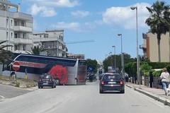 Pullman incastrato a Trani Centro: i turisti a bordo restano a piedi