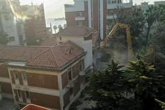 Demolizione di una villa in via Malcangi, al suo posto sorgerà un nuovo edificio a sei piani
