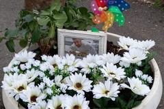 I gesti che scaldano il cuore: una nuova foto e fiori bianchi per Raffaele Casale