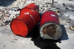 Fusti di olio esausto abbandonati in via dei Finanzieri