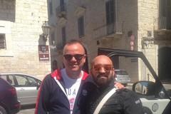 Gigi D'Alessio di nuovo a Trani: beccato dai fan in giro per il centro storico