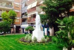 Inaugurata la nuova piazza Dante, con fontana e carrubo