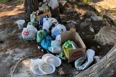 """Bottiglie, sacchetti e piatti: cosa rimane della festa a """"Le conche"""""""