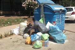 """Sorpresi ad abbandonare rifiuti per strada, è """"caccia"""" ai trasgressori"""