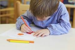 Tra le mani il disegno dell'arcobaleno e sul volto un sorriso: diventa virale il video della scuola Kindergarten