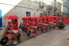 100 ragazze in moto per annunciare la corsa ai saldi