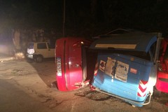 Via Malcangi, l'auto si ribalta finendo su quelle in sosta