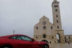 """Piazza Duomo si colora di rosso: ecco la nuova """"Ferrari Portofino"""""""