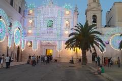 Trani in attesa della festa patronale, le luminarie invadono il centro storico