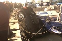 Parcheggia l'auto sulla banchina del Porto e finisce in mare