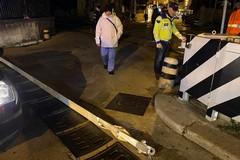 Via De Robertis, cade la sbarra del passaggio a livello: disagi per la circolazione
