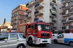 Cadono calcinacci da un balcone: i vigili del fuoco intervengono in via Malcangi
