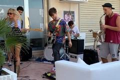 Non indossano la mascherina, esibizione musicale bloccata in via Bari