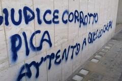 Intimidazioni ad un giudice tranese, scritta sul muro nei pressi dell'abitazione