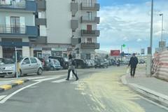 Mezzo perde liquido in via Barletta, intervento dell'Amiu per ripulire l'asfalto