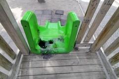 Vandalismo in città: ora anche le giostrine in villa Comunale