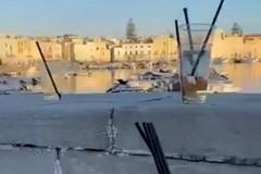 Bicchieri e bottiglie vuote: ciò che resta del sabato sera sul Porto di Trani