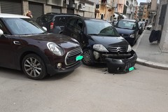 Scontro tra due auto all'incrocio tra via de Cuneo e via Bebio: nessun ferito