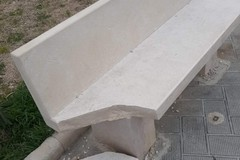 Ancora atti vandalici a Trani: parzialmente distrutta una panchina sul lungomare Cristoforo Colombo
