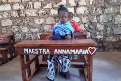 Un banco di scuola in Africa col suo nome: il dono speciale di piccoli alunni alla loro maestra