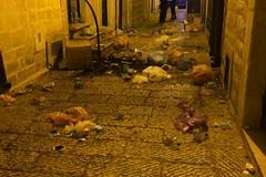Teppisti in vico San Basile: portoni danneggiati e lanci di rifiuti e pietre