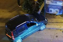 Auto si schianta nella notte su un gruppo di passanti: due feriti, uno grave
