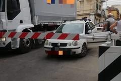Un'auto e un camion intrappolati tra le sbarre del passaggio a livello di via de Robertis