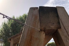 Giostrine distrutte e viti allentate, il pericolo corre nel parco giochi della villa comunale