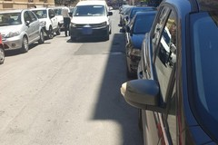 Furgone urta contro auto in sosta e perde portellone