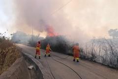 Grosso incendio sulla complanare all'uscita Trani nord