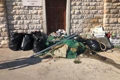 Rifiuti in abbondanza sui moli del porto: operazione di pulizia da parte di un gruppo di volontari