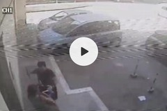Aggredisce una donna in zona stadio per rubarle la borsa: ripreso dalle telecamere