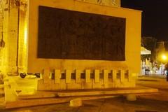 Piazza Quercia, vandalizzato ancora una volta il bassorilievo degli Statuti Marittimi