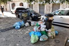 Cestini ricolmi di rifiuti domestici, succede in piazza Mazzini