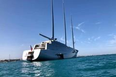 """""""A"""", lo yacht a vela più grande del mondo, dà il buongiorno a Trani"""