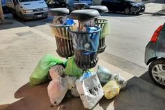 Cestini ricolmi di rifiuti domestici, succede ancora una volta in via Mario Pagano
