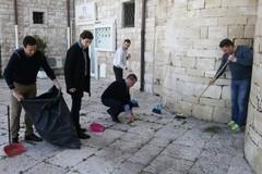 Facciata dell'abside di Ognissanti, volontari al lavoro per ripulirla