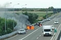 Auto in fiamme allo svincolo di Trani, conducente illeso