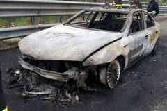 Auto della polizia a fuoco: intossicati due agenti