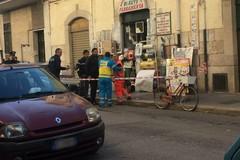 Rapina con sparatoria in una ferramenta, feriti i proprietari padre e figlio